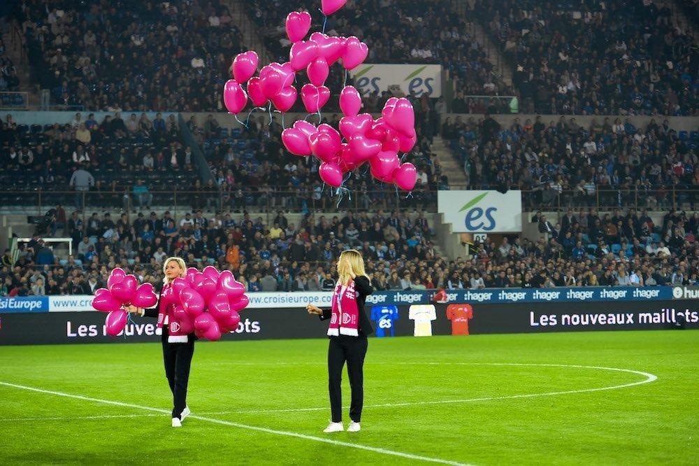 femmes de foot octobre rose ballons