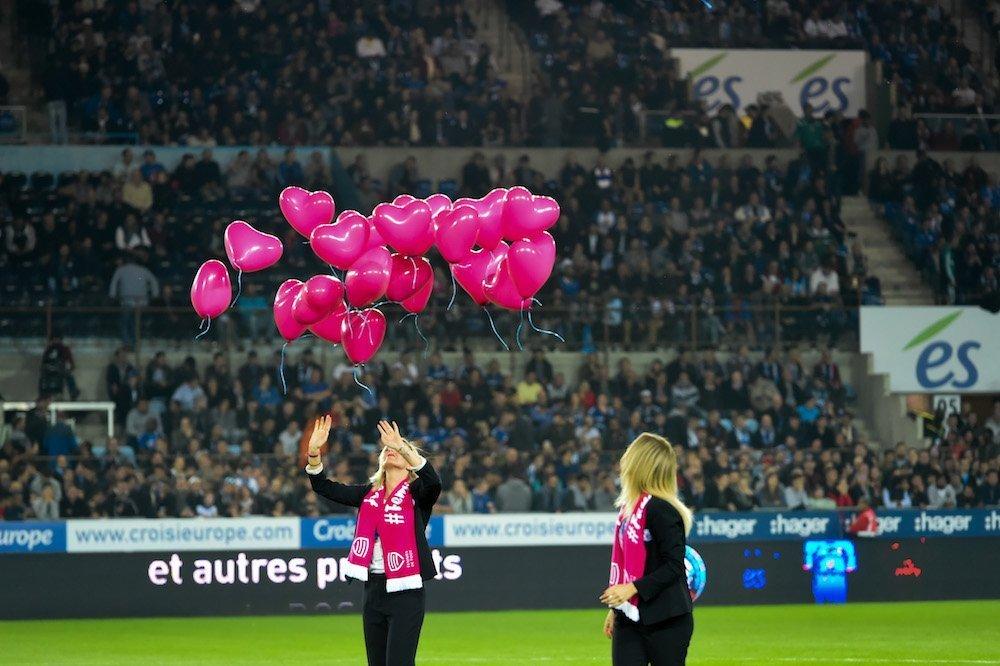 femmes de foot ballons pour op octobre rose